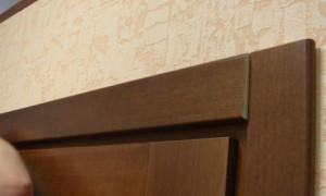 Как установить наличники на дверь