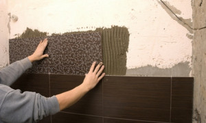 Этапы укладки керамической плитки на стену