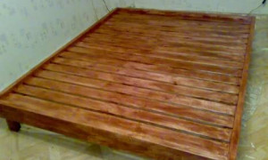 Простой и недорогой вариант конструирования односпальной кровати