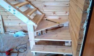 Лестница для загородного дома из строганных пиломатериалов