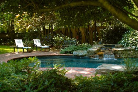 cсадовый бассейн с маленьким водопадом