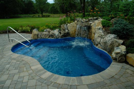 небольшой бассейн в саду