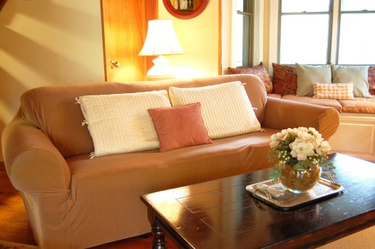 диван с простым чехлом