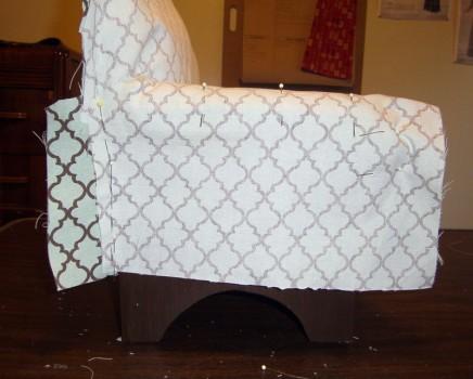 примерка выкройки чехла на диван