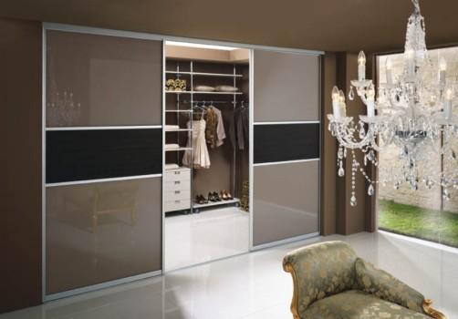 Дверь купе в гардеробную комнату