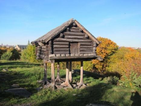 Сказочный домик на столбах