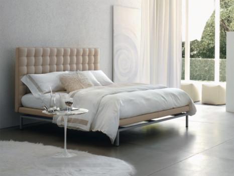 Кровать с мягким изголовьем в нежных тонах