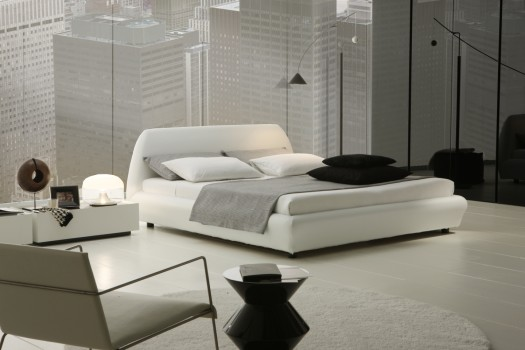 белая кровать с чёрными подушками