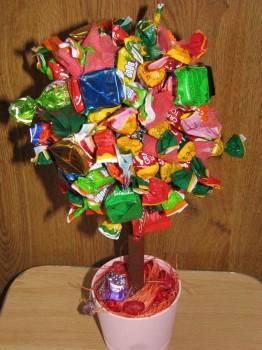круглое дерево из конфет