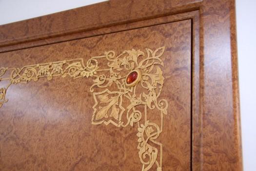 дверь инкрустированная камнем и узором