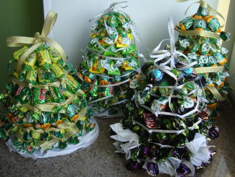 четыре елки из конфет