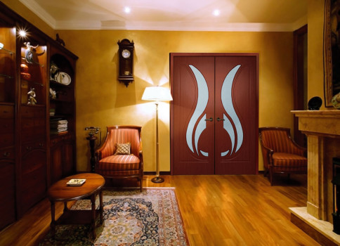 коричневая дверь в желтой комнате
