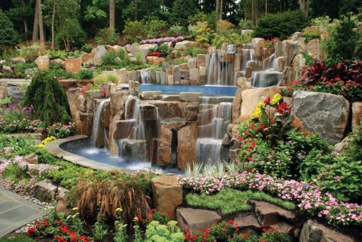 каменный водопад в саду