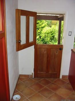 конюшенная деревянная дверь