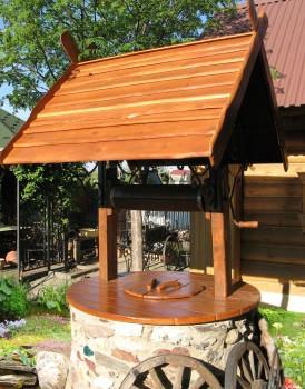 деревянная крыша декоративного колодца