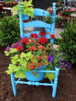 Стул-цветник в саду