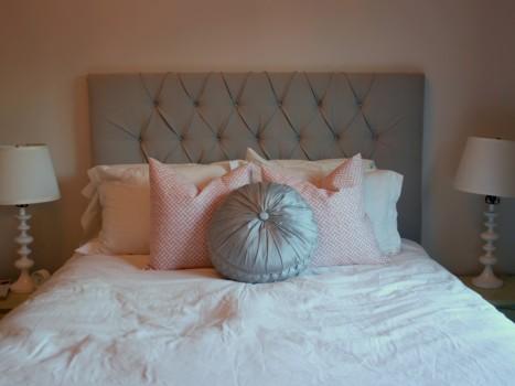 мягкое изголовье с подушками
