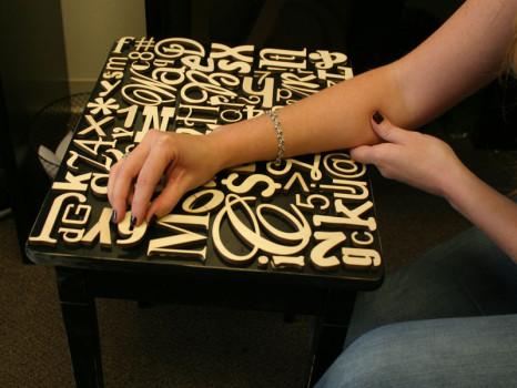 стол с наклеенными английскими буквами