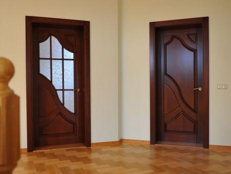 две деревянных двери с накладками