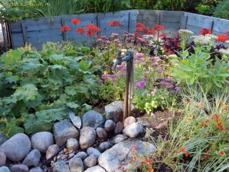 Камни возле крана в саду