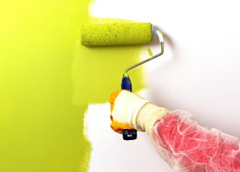 белая стена покрашенная жёлтой краской