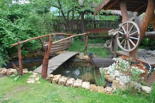 деревянный мостик через пруд