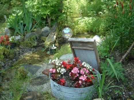 Старый тазик в интерьере сада