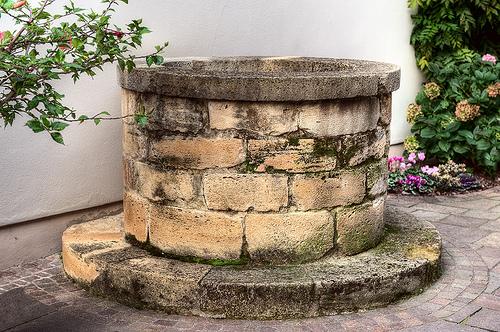 средневековый колодец