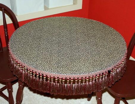 стол с тканевой накидкой