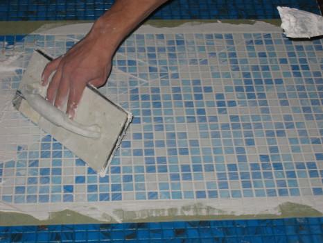 Процесс укладки мозаики