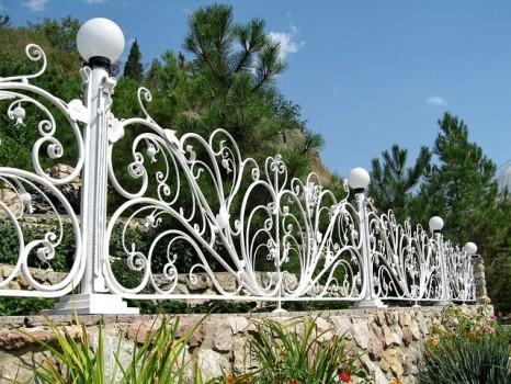 Окрашенный кованый забор