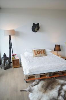 Кровать из поддонов на колесиках