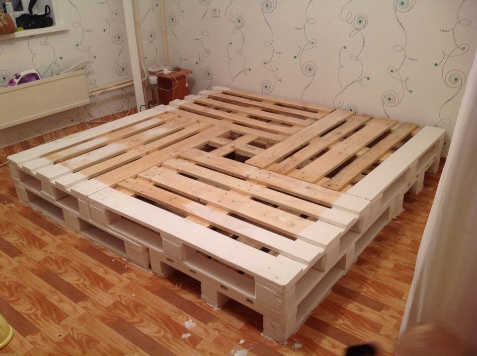 Кровать из поддонов своими руками фото