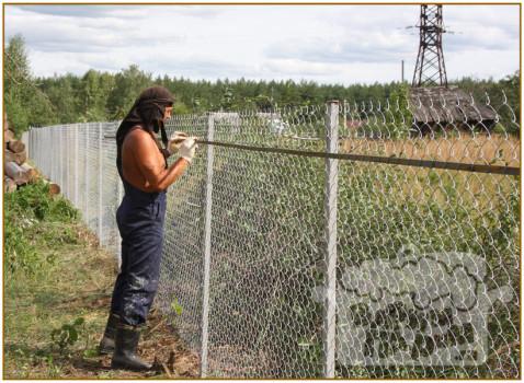 Забор из сетки украсить своими руками