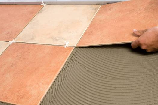 Укладка плитки на клей на балконе