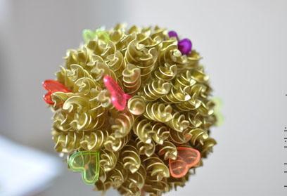 Оклеенный макаронами шар