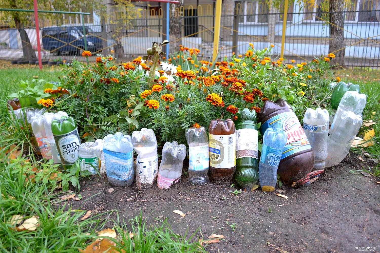Красивые клумбы из пластиковых бутылок на даче