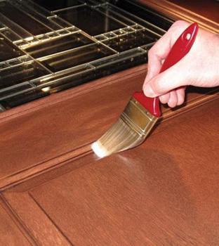 Процесс окрашивания деревянных дверей