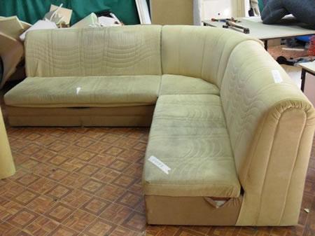 Как своими руками перетянуть диван?
