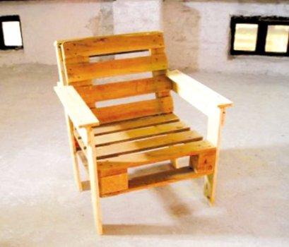 Простое деревянное кресло
