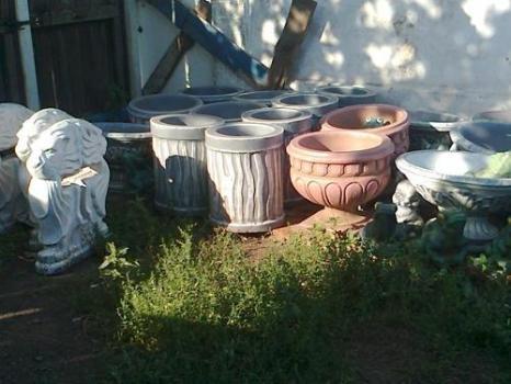 Садовые вазы и цветочницы