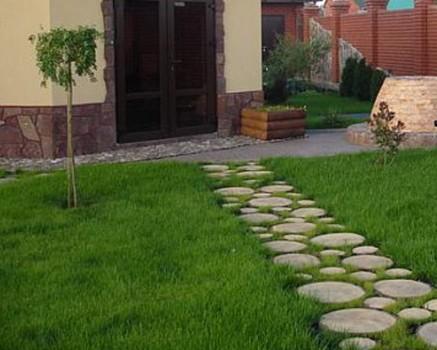 Дорожки в саду из спилов древесины