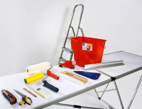 Подготовка инструмента для поклейки обоев