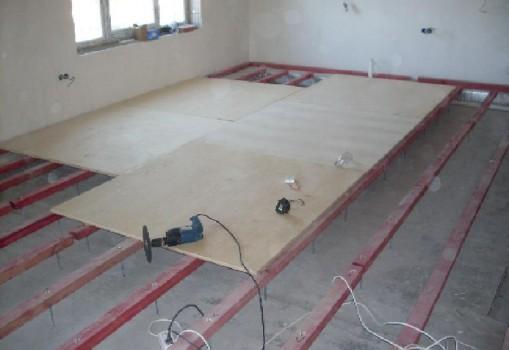 Как укладывать плитку на деревянный пол?