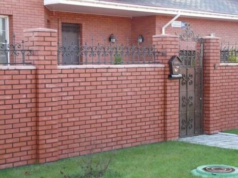 Строим красивый кирпичный забор своими руками